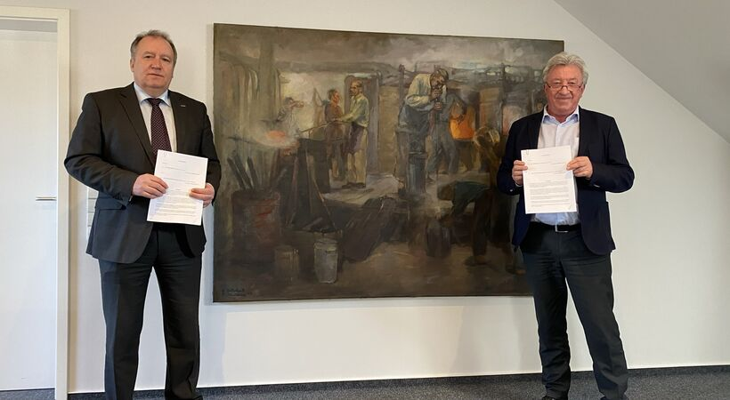 Stephan Meindl, President and CEO of Horn Glass Industries (left), signing the contract with Dr Harald Jodeit, Managing Director and owner of JSJ Jodeit (right).